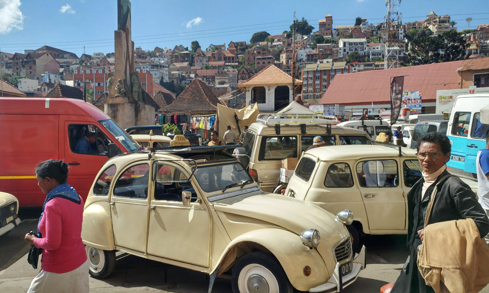 Travel tips do's and don't when travelling in Madagascar 2CV Taxi Antananarivo (Tana)